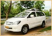 Prise en charge dès votre arrivée à Delhi par votre chauffeur. Voyage en Inde comprenant carburant et assurance, chauffeur 24H/24, et toutes les taxes et assistance
